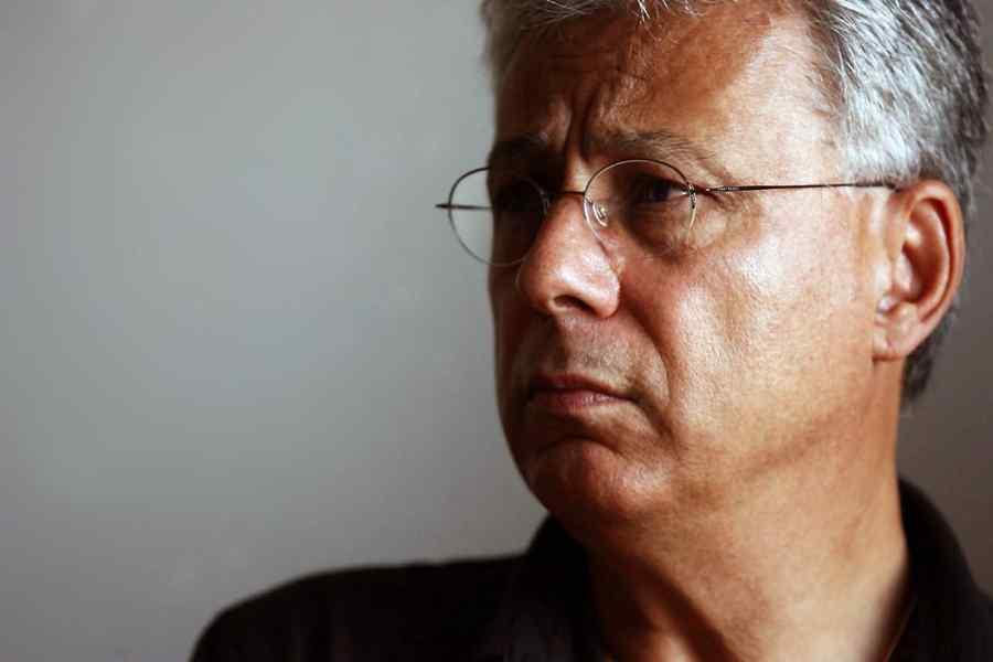 Radu Călin Cristea: Niște vite circulă prin Parlament | DCNews  |Radu Călin Cristea
